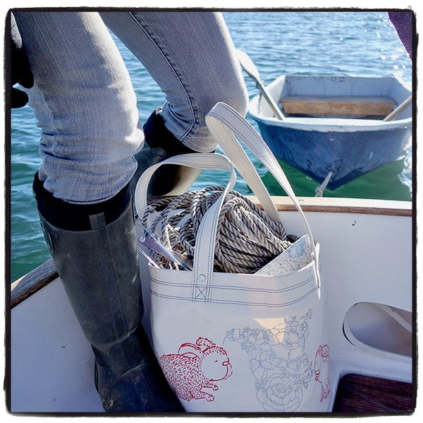 tote-on-boat-with-legs